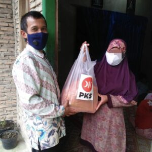 PKS Sungai penuh Salurkan Paket Sembako Untuk Keluarga Terdampak Covid-19