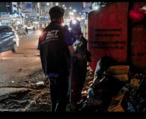 Operasi Orang Lapar, Bergerak Susuri Jalanan di Malam Hari Untuk Bagikan Nasi Bungkus Ala Relawan ACT